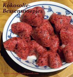 Kokosolie-Bessensnoepjes, 8 stuks - 1 Klein kopje bevroren, gemengd rood fruit - 2 el goeie kwaliteit kokosolie, gesmolten - Scheutje vanille extract, of zaadjes uit 1 vanilleboon 1 el zoet naar keuze  Rood fruit, vanille en het zoet in een blender en pureer. Voeg de kokosolie toe en pureer tot het een gladde massa is. Verdeel het mengsel over leuke siliconenvormpjes en laat opstijven in de koelkast.