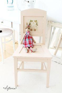 Uralter Stuhl, besonders schön da mit süßem Blümchenmotiv, die Farbe ist ein bisschen schwer zu beschreiben:-) ich würde sagen es ist crme-rosa-lachsf