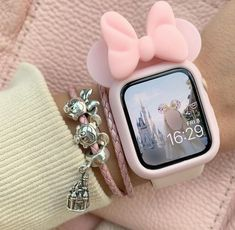 omg Mickey mouse I can't 🌺🌺 I love this Apple watch case it's so cute 🧃.omg Mickey mouse I can't 🌺🌺 I love this Apple watch case it's so cute 🧃 Apple Watch Accessories, Iphone Accessories, Jewelry Accessories, Telefon Apple, Apple Watch Fashion, Accessoires Iphone, Accesorios Casual, Disney Jewelry, Coque Iphone
