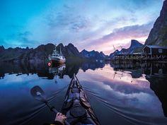 """El títol que rep aquesta fantàstica fotografia és """"Kjerkfjorden Lofoten"""". L'autor és Tomasz Furmanek. L'any de la fotografía és el 2012."""