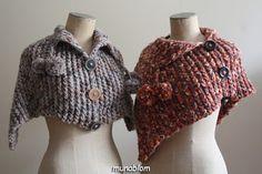 Christie: poncho corto in misto lana con pon-pon e finti bottoni.