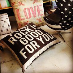 Nossos Almofadões são muito práticos e divertidos. Temos em várias estampas. Medem 1,10x1,10m. Venha conhecer em nossa loja. #rvalentim #rockdecor #homedesign #homedecor #cushions #pillows