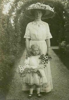 Princess Sibylla of Saxe-Coburg and Gotha as a child with her mother, ca. 1910s Edwardian Fashion, Edwardian Era, Victorian Women, Victorian Era, Vintage Fashion, Vintage Outfits, Victorian Photos, Antique Photos, Vintage Pictures