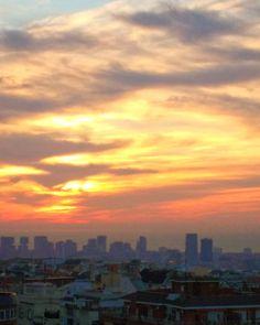 Buenos días!...pronto acabará el inverno el sol continúa su desplazamiento y ya no se colará por mi ventana con tanta desfachatez (lo echaré de menos) #miraelsolcomosale #despertar #amanecer #barcelona #skyline #sunrise