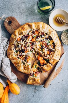 Rustic Root Vegetable Galette with Chickpeas and Cranberries Roasted Root Vegetables, Root Veggies, Roasted Carrots, Vegetable Recipes, Vegetarian Recipes, Veggie Meals, Quiche, Salade Healthy, Recipes