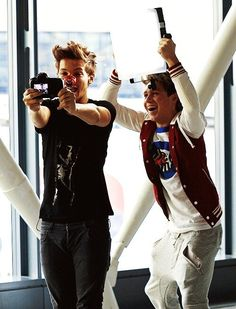 Louis and Niall filming themselves for the One Way or Another video