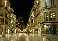 Malaga, las peatonales a la noche, antes que irrumpa su locura