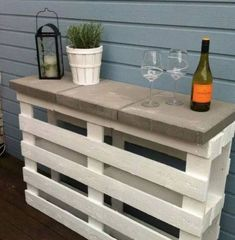Everyone is loving this Pallet Bar Table DIY and you will too. It is quick and easy and will come in handy for so many uses. Check out the ideas now.