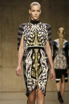 Capelet patterned dress #PeterPilotto #fw13 #trends #lfw