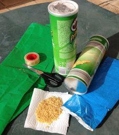 Dos botes vacios de patatas fritas, unas tijeras, fideos, celo o pegamento y papel de regalo, lo tenemos todo para hacer un palo de lluvia / palo de agua