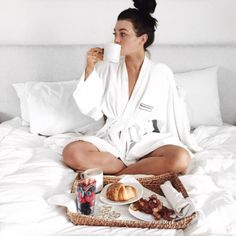 A good head start on the day means a tray filled with bacon and berries. Have a good morning! Kelsey Simone Outfits, Feed Goals, Chill Pill, Good Morning Good Night, Sunday Morning, Classy Aesthetic, Relaxing Day, How To Pose, Foto E Video