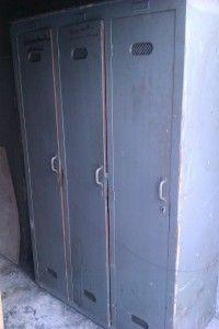 Holzspind in graublau, sehr alt, schön, Spind hat oben und unten in Kreuzlochblech Luftlöcher, 3 Türer
