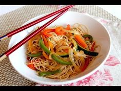 Wok de fideos de arroz chinos con verduras salteadas | Noodles veganos) 🍜🇨🇳 - YouTube Chow Mein, Asian Recipes, Healthy Recipes, Ethnic Recipes, Healthy Food, Food N, Food And Drink, Oriental Food, Seasonal Food