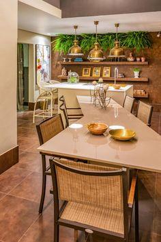Carlos Rodrigues, Laís Rostini e Maria Angélica Araújo Sacada Gourmet. Os arquitetos apostaram em tons escuros na sacada gourmet de 32 m².