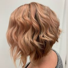 Strawberry Blonde Hair: Light & Dark Highlights and Style Ideas Strawberry Blonde Highlights, Dark Highlights, Blonde Sombre, Blonde Color, Hair Colour For Green Eyes, New Hair Colors, Short Hair Cuts For Women, Short Hair Styles, Bleached Hair