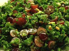 grønkålssalat med vindruer og pinjekerner vendt i dressing af appelsin, chili og ingefær