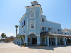 Casa Bella Hotel and Suites South Padre Island (Texas) This hotel is located on the bay waterway in South Padre Island.  A fishing pier and boat dock are featured on the property, which is located 200 metres from the beach.  Guest rooms include free WiFi.