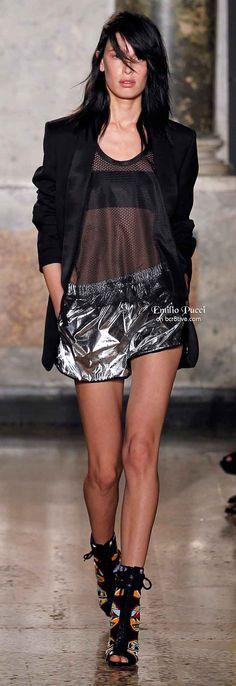 Tendência da malha 'furadinha' inspirada na moda esportiva para a moda feminina.  Emilio Pucci Spring 2014. silver metallic shorts, mesh tank and black blazer
