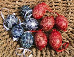 Hagyományos hímes tojás, Dekoráció, Ünnepi dekoráció, Egy színre festett hagyományos (erdélyi és baranyai) mintával díszített tyúktojás. Pir...