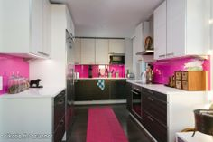 Väriä keittiöön Kitchen Dining, Kitchen Cabinets, Dining Room, Decoration Inspiration, Helsinki, Beautiful Interiors, Sweet Home, Furniture, Kitchen Ideas