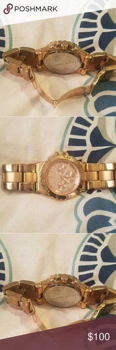 Watch Barely used it ...... no scratches on it  the color is rose gold Michael Kors Jewelry