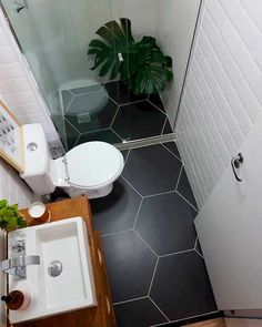 5 Tipps für mehr Platz im Mini-Bad - Marble Bathroom Decor Room Tiles, Bathroom Floor Tiles, Wood Bathroom, Bathroom Wall Decor, Bathroom Layout, Bathroom Colors, Bathroom Interior, Bathroom Ideas, Bathroom Small