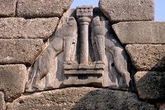 La Porta dei Leoni è caratterizzata da una soluzione architettonica introdotta nella civiltà micenea: il triangolo di scarico, un'apertura triangolare sopra l'architrave che faceva in modo che il peso del materiale sovrastante non gravasse direttamente su di essa provocandone il crollo. A Micene il triangolo presenta il rilievo in porfido di due leonesse (lamassu). Considerare anche la fonte: http://online.scuola.zanichelli.it/bergamini-files/Biennio/Esplorazioni/Esp_10_porte.pdf