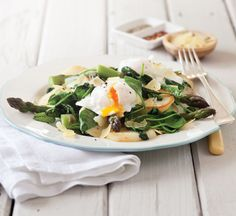 Make poached eggs and asparagus when you want a low calorie breakfast or brunch. Plus, read our top tips on how to poach an egg. Low Calorie Breakfast, Healthy Low Calorie Meals, Low Calorie Recipes, Healthy Egg Recipes, Cooking Recipes, Healthy Food, Quesadillas, Feta, How To Make A Poached Egg