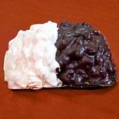 La ricetta della pignolata messinese, dolce fritto tipico della pasticceria siciliana messinese ricoperto di una doppia glassa di limone e cioccolato.