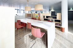 #easyCredit_de #TeamBank #officedesign #banking #Arbeiten #Nuernberg #Projekte Office Workspace, Offices, Table, Design, Furniture, Home Decor, Bedroom, Architecture, Projects