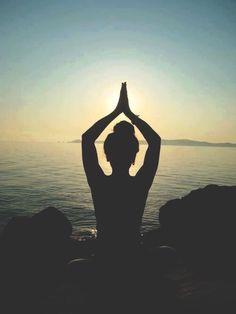 Para estirar los músculos y desentumecerlos después de la monotonía en el puesto de trabajo y posturas mantenidas durante un largo periodo de tiempo se recomienda practicar YOGA.