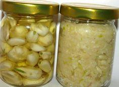 Cesnakové struky, cesnaková pasta Cesnakový prášok Strúčiky cesnaku nakrájame na tenké plátky a sušíme ako huby až do fázy, keď sa lupienky dajú ľahko zlomiť. Usušený cesnak pomelieme na mäsovom mlynčeku Cesnaková pasta Cesnak ošúpeme, prelisujeme lisom na cesnak alebo pomelieme na mäsovom mlynčeku, na 1 kg cesnaku hneď pridáme 250 g soli Cesnak v oleji Ďalšou možnosťou je naložiť ošúpaný cesnak do olivového oleja, ktorý môžeme ešte dochutiť rôznymi bylinkami podľa chuti. Home Canning, Russian Recipes, Preserves, Pesto, Pickles, A Table, Cucumber, Food To Make, Herbalism