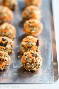No-Bake Carrot Cake Granola Bites Recipe {Low Sugar}.These healthy, tasty snacks are perfect for fueling up before or after a workout! 102 calories and 4 Weight Watchers SmartPoints Snack Recipes, Dessert Recipes, Cooking Recipes, Tasty Snacks, Cookbook Recipes, Doce Light, Granola Bites, Oatmeal Bites, Desserts Sains