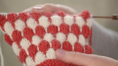 Muhkeaa kuplaneuletta käytetään usein asusteissa, mutta yllätä neulomalla sitä myös vaatteisiin, tyynyihin ja peittoihin. Sen tekeminen on helppoa!... Crotchet, Knit Crochet, Yarn Crafts, Colours, Stitch, Blanket, Knitting, Sewing, Pattern