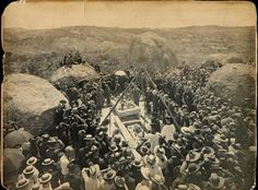 The funeral of Cecil John Rhodes in the Matopos Hills at the age of 48 . Zimbabwe History, John Rhodes, Old Photos, Nice Photos, Places Of Interest, Historical Pictures, Its A Wonderful Life, African History, Funeral