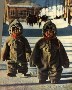 Twin toddlers in some Russian street are so well protected against cold so they look like penguins, 1968 Precious Children, Beautiful Children, Beautiful Babies, Beautiful People, Kids Around The World, People Around The World, Cute Kids, Cute Babies, Cultures Du Monde