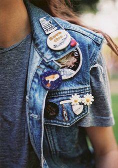 Cette saison, on use et abuse des écussons, badges et broches en tous genres pour égayer nos vestes en jean !