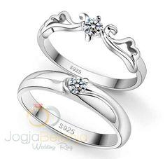 Di tangan terampil perajin cincin Kotagede, bahan perak 925 diubah menjadi sepasang cincin cantik dan anggun. Dengan nama seri Cincin Kawin Playa, cincin kawin ini menawarkan ornamen cantik di sisi cincin yang dipadu dengan batu zircon cantik. Desainnya yang mewah dan elegan menjadikan cincin se