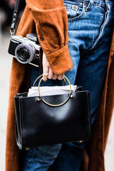 Bags & Handbag Trends : Tendance Sac 2018 : Street look � la Fashion Week automne-hiver - Flashmode Worldwide Fashion Week, Fashion Bags, Street Fashion, Fashion Accessories, Womens Fashion, Fashion Trends, Winter Fashion, It Bag, Estilo Grunge