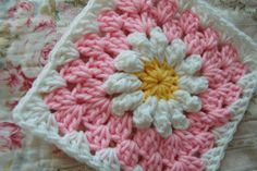 Daisy granny square blanket by tillie tulip – a handmade mishmosh: Daisies on pink free pattern Crochet Daisy, Crochet Granny, Crochet Motif, Crochet Flowers, Free Crochet, Double Crochet, Crochet Squares Afghan, Granny Squares, Daisies