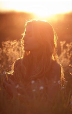 Golden Hour Photography: Learn all about the magical concept - Fotografie Ideen - Girl Photography Poses, Creative Photography, Photography Flowers, Magical Photography, Sunset Photography, Outdoor Photography, Fotografie Hacks, Photo Hacks, Shotting Photo
