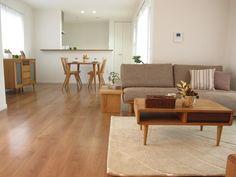 ブラックチェリー色の床材にナチュラルコーディネート!ナラ・タモ無垢材の家具で統一したLD空間