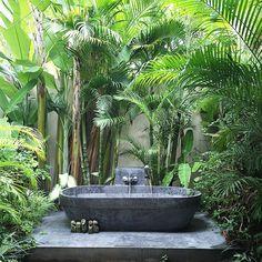 33 Creative Outdoor Bathroom Design Ideas For Enjoying Summer Outdoor Bathtub, Outdoor Bathrooms, Dream Bathrooms, Beautiful Bathrooms, Luxury Bathrooms, Outdoor Areas, Outdoor Rooms, Indoor Outdoor, Outdoor Living