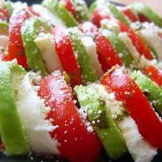 The classic colours of the caprese salad, but with avocado replacing the basil leaves. Wonderful served with ciabatta bread and good olive oil on the side. Healthy Eating Recipes, Cooking Recipes, Clean Recipes, Healthy Meals, Pain Ciabatta, Skinny Girl Recipes, Caprese Salad, Mozzarella Salad, Tomato Salad