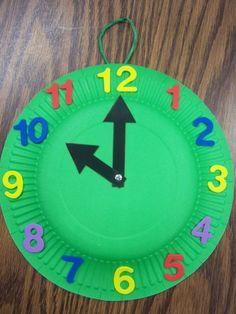 Entretenedles haciendo relojes con cartulina y un plato de plástico. paper plate clock storytime craft #fiesta infantil #manualidades para niños