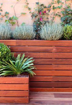 detalle de jardineras forradas con madera de ipe by La Habitacion Verde