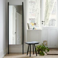 Reduktion auf das Wesentliche! Der Anlehnspiegel von Skagerak ist minimalistisch und zeitlos.