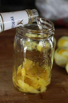 3. 煮沸消毒した瓶などの容器にレモンの皮を入れ、スピリタスを注ぎます。 4. 密閉し、1週間寝かせます。1週間後、レモンの皮が白くなり色素がスピリタスに移ったらガーゼで濾します。