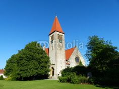 Grüne Wiese vor der evangelisch-reformierten Kirche in Helpup bei Oerlinghausen in Ostwestfalen-Lippe