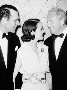 phoebe-tonkin:  An undated candid of Vivien Leigh and Laurence Olivier chatting with Spencer Tracy at a Beverly Hills dinner party.